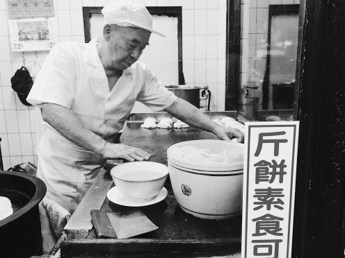 每份斤餅都會附上大蔥麵醬,可以單吃也可以包著菜吃