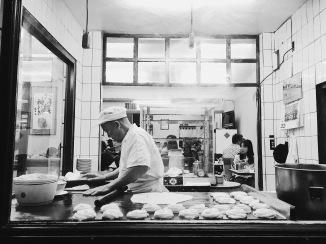 斤餅皆為老師傅當場現做,一張炳可是和兩個小鳥胃的人